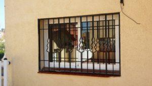 instalación rejas fijas negras en chalet (1)