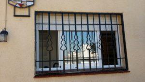 instalación rejas fijas negras en chalet (3)