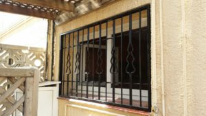 instalación rejas fijas negras en chalet (4)