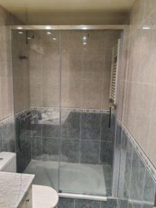 Instalación de mampara de baño en piso de Valls
