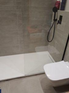 Instalación de mampara de baño en piso de Barcelona